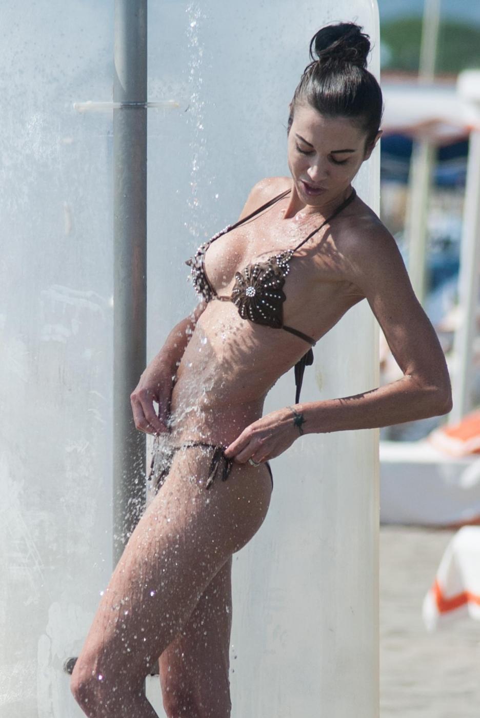 Federica Torti, doccia hot e curve da urlo a Forte dei Marmi FOTO 13