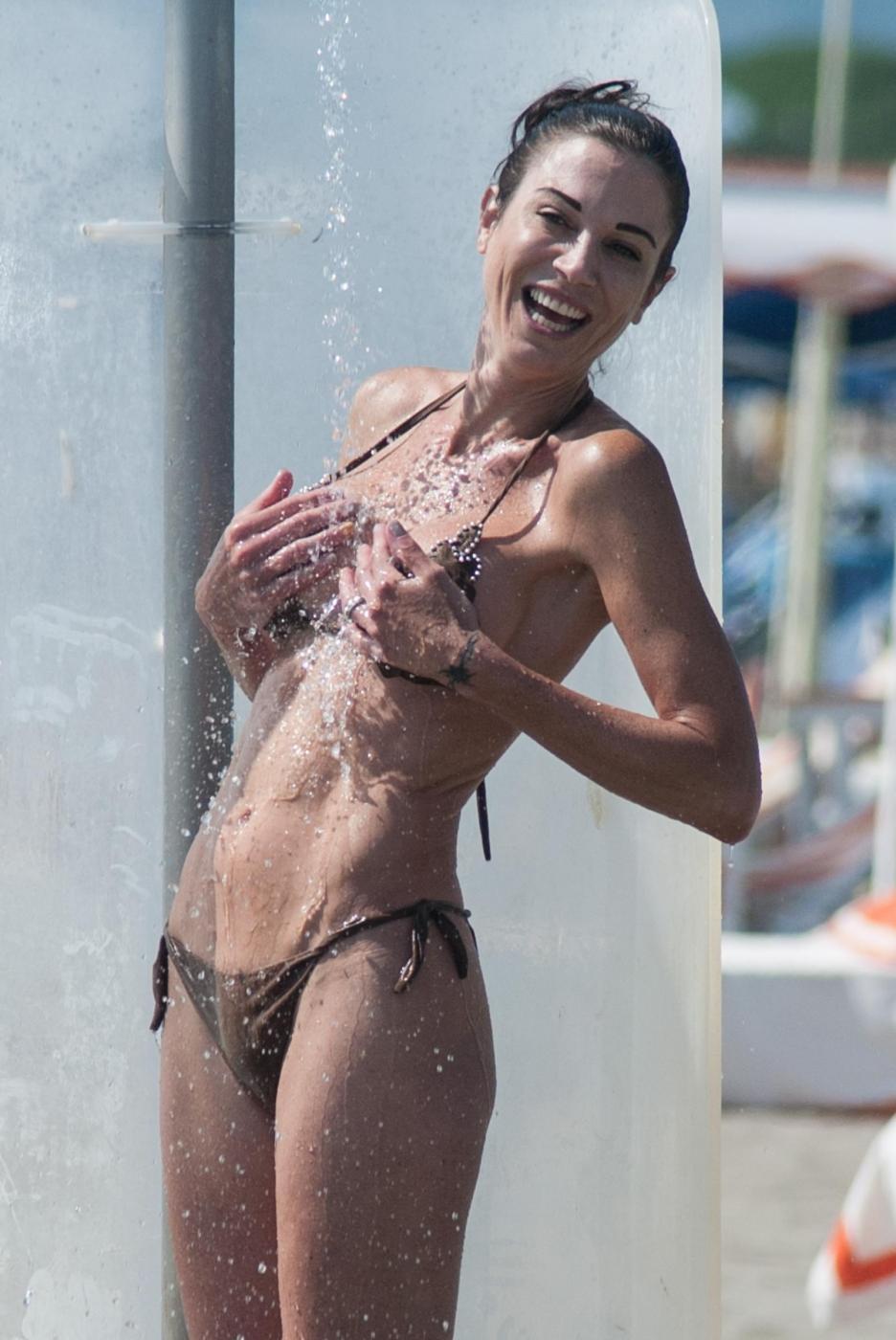 Federica Torti, doccia hot e curve da urlo a Forte dei Marmi FOTO 14
