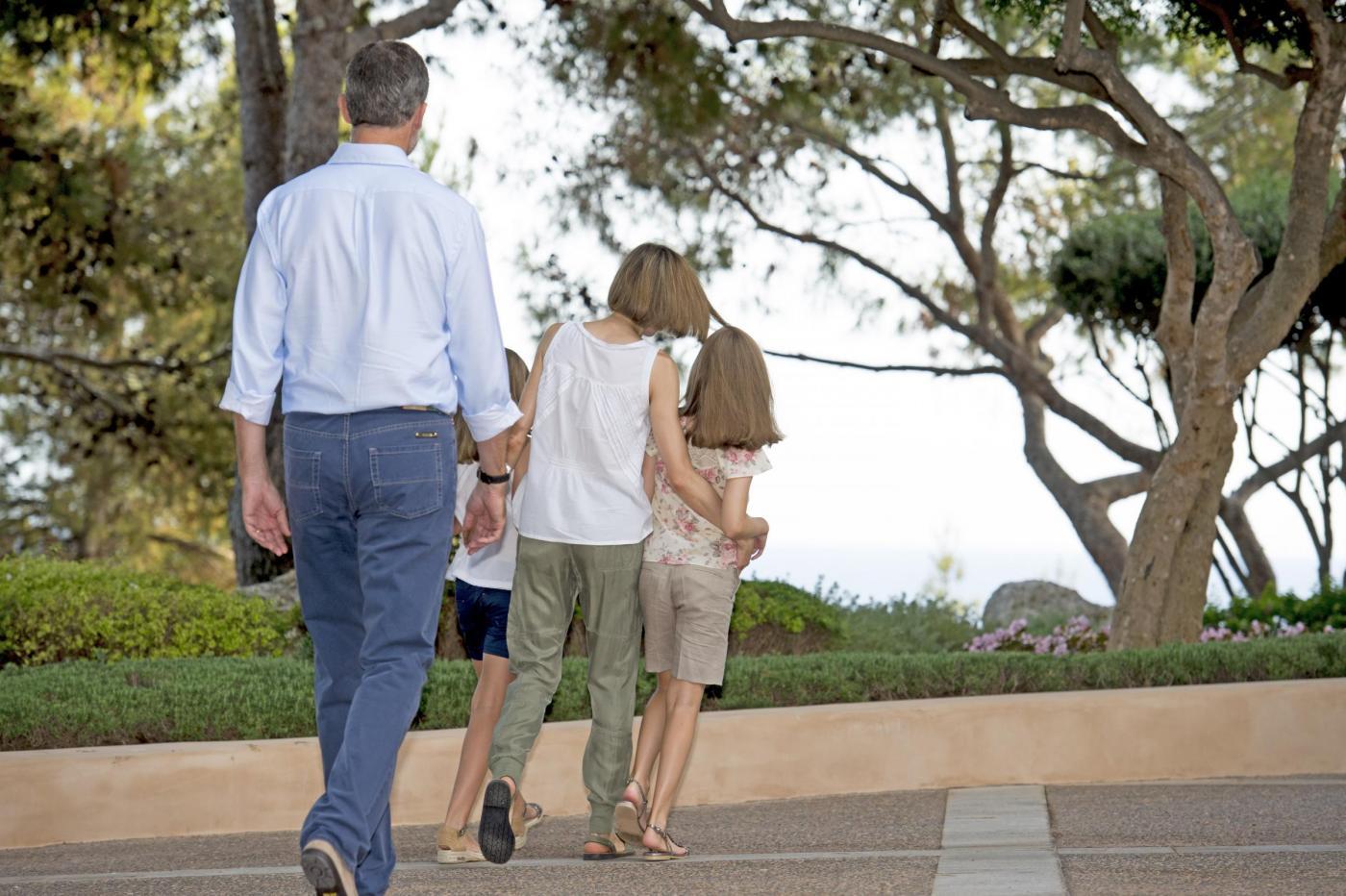 Letizia Ortiz di Spagna casual: sandali bassi in vacanza a Palma di Maiorca FOTO