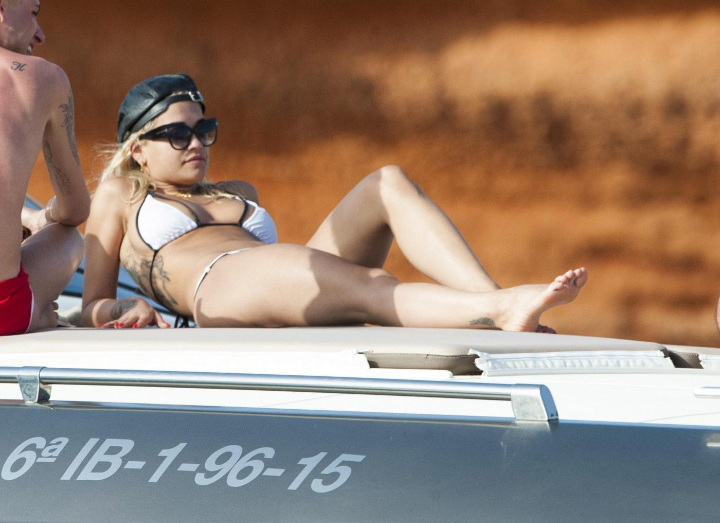 Rita Ora in bikini: vacanza a Ibiza con gli amici FOTO 11