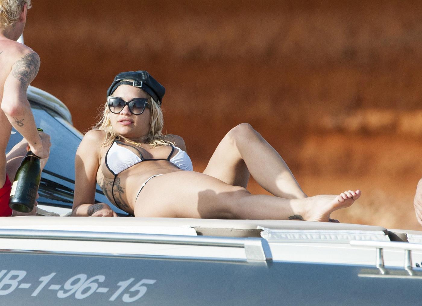 Rita Ora in bikini: vacanza a Ibiza con gli amici FOTO 13