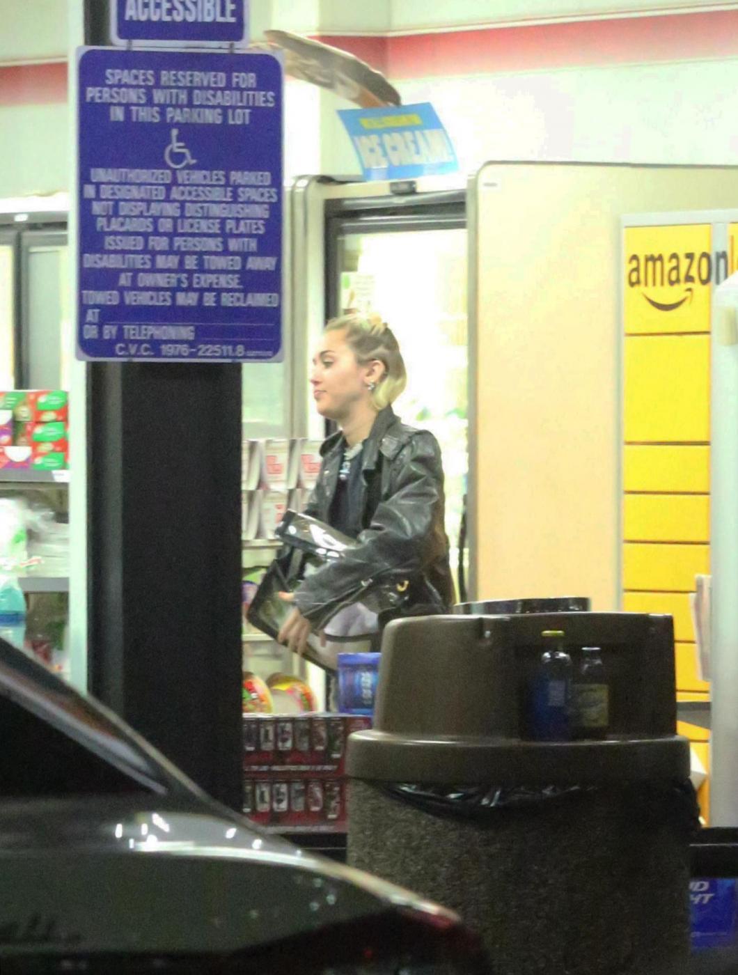 Miley Cyrus e gli spuntini in piena notte in autogrill FOTO