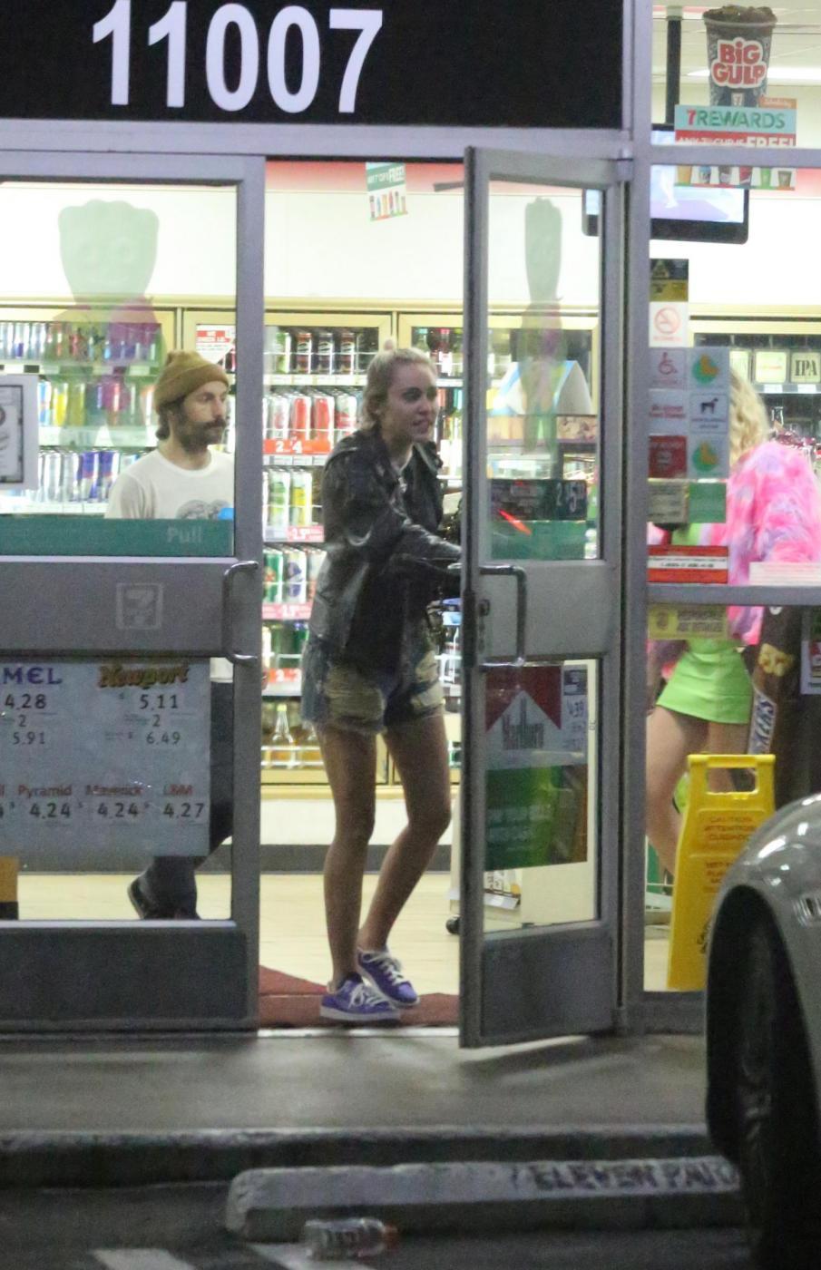 Miley Cyrus e gli spuntini in piena notte in autogrill FOTO 8