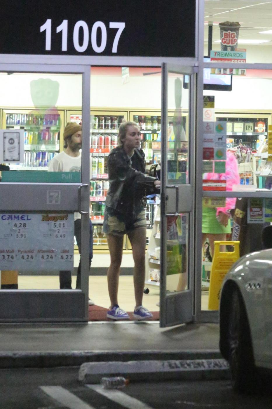 Miley Cyrus e gli spuntini in piena notte in autogrill FOTO 9
