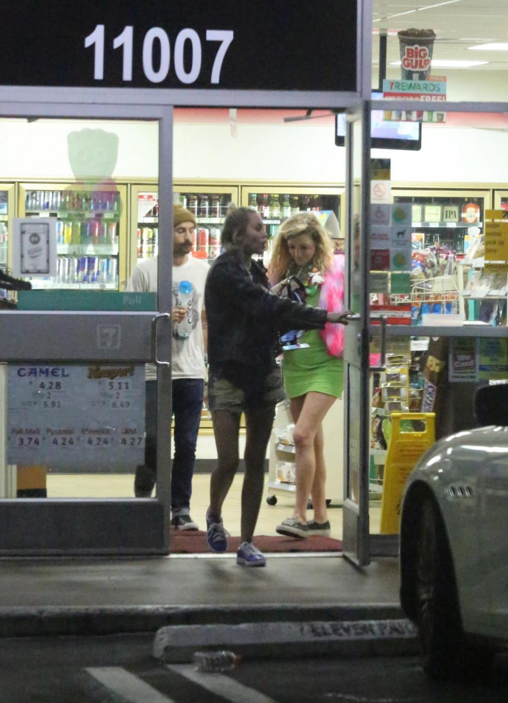 Miley Cyrus e gli spuntini in piena notte in autogrill FOTO 11