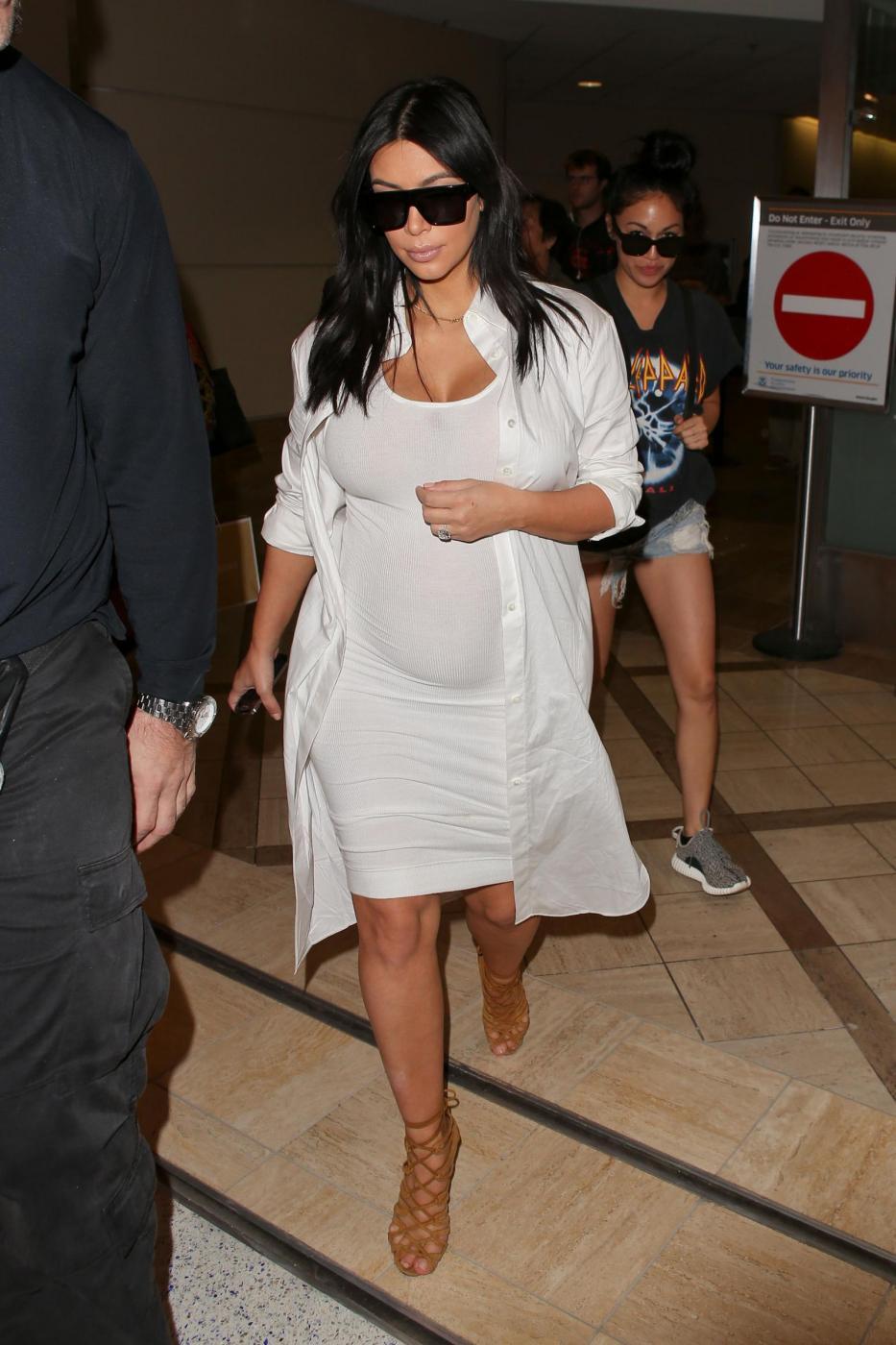 Kim Kardashian, total white attilatissimo e mano sul pancione... che cresce9