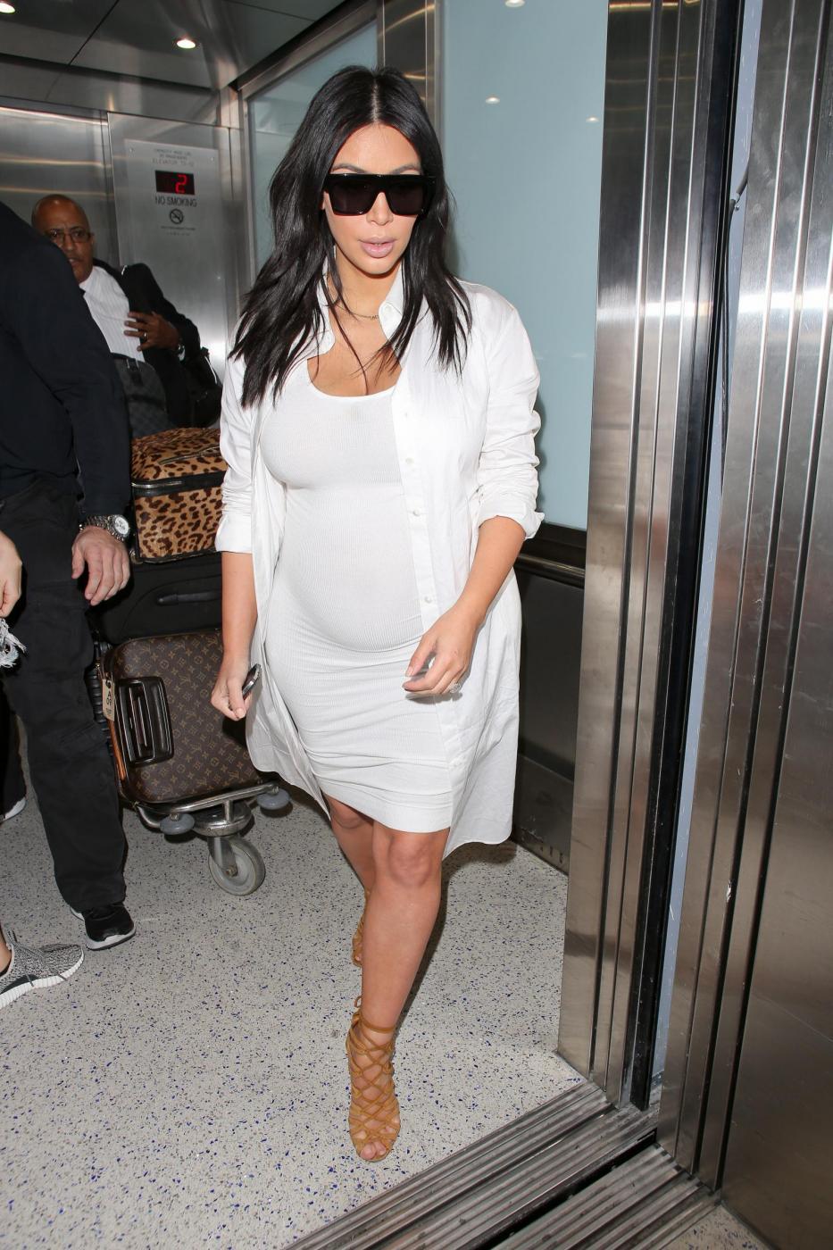 Kim Kardashian, total white attilatissimo e mano sul pancione... che cresce8