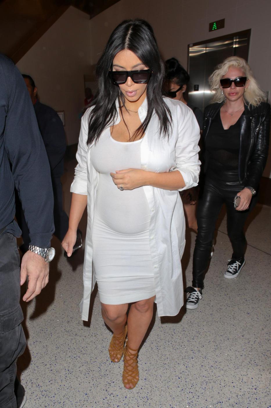 Kim Kardashian, total white attilatissimo e mano sul pancione... che cresce6