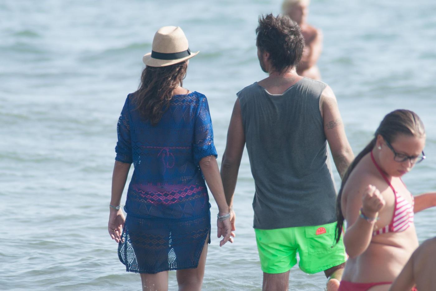 Nek e la moglie Patrizia Vacondio a Marina di Pietrasanta FOTO 15