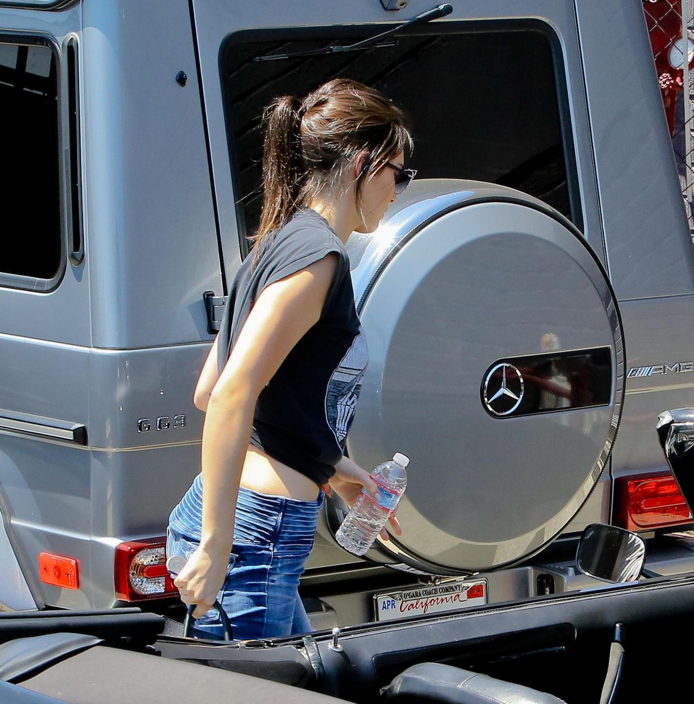 Kendall Jenner, addio finesse: alza dito medio ai paparazzi FOTO 1