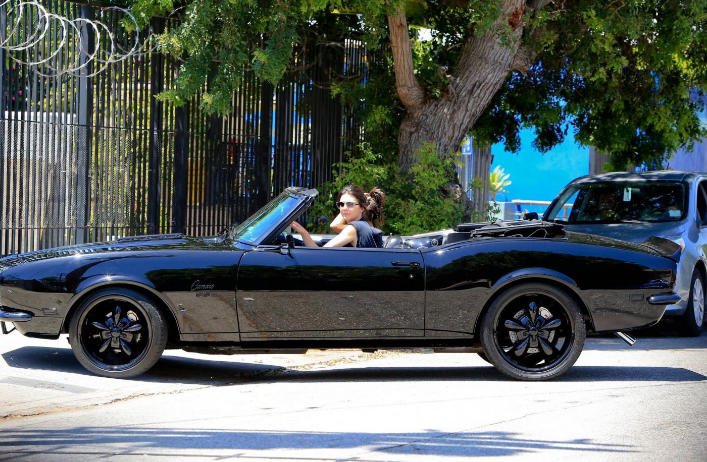 Kendall Jenner, addio finesse: alza dito medio ai paparazzi FOTO 4