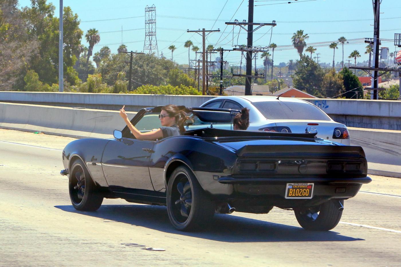 Kendall Jenner, addio finesse: alza dito medio ai paparazzi FOTO 8
