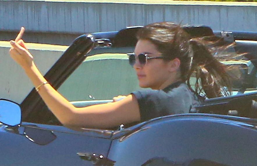 Kendall Jenner, addio finesse: alza dito medio ai paparazzi FOTO 9