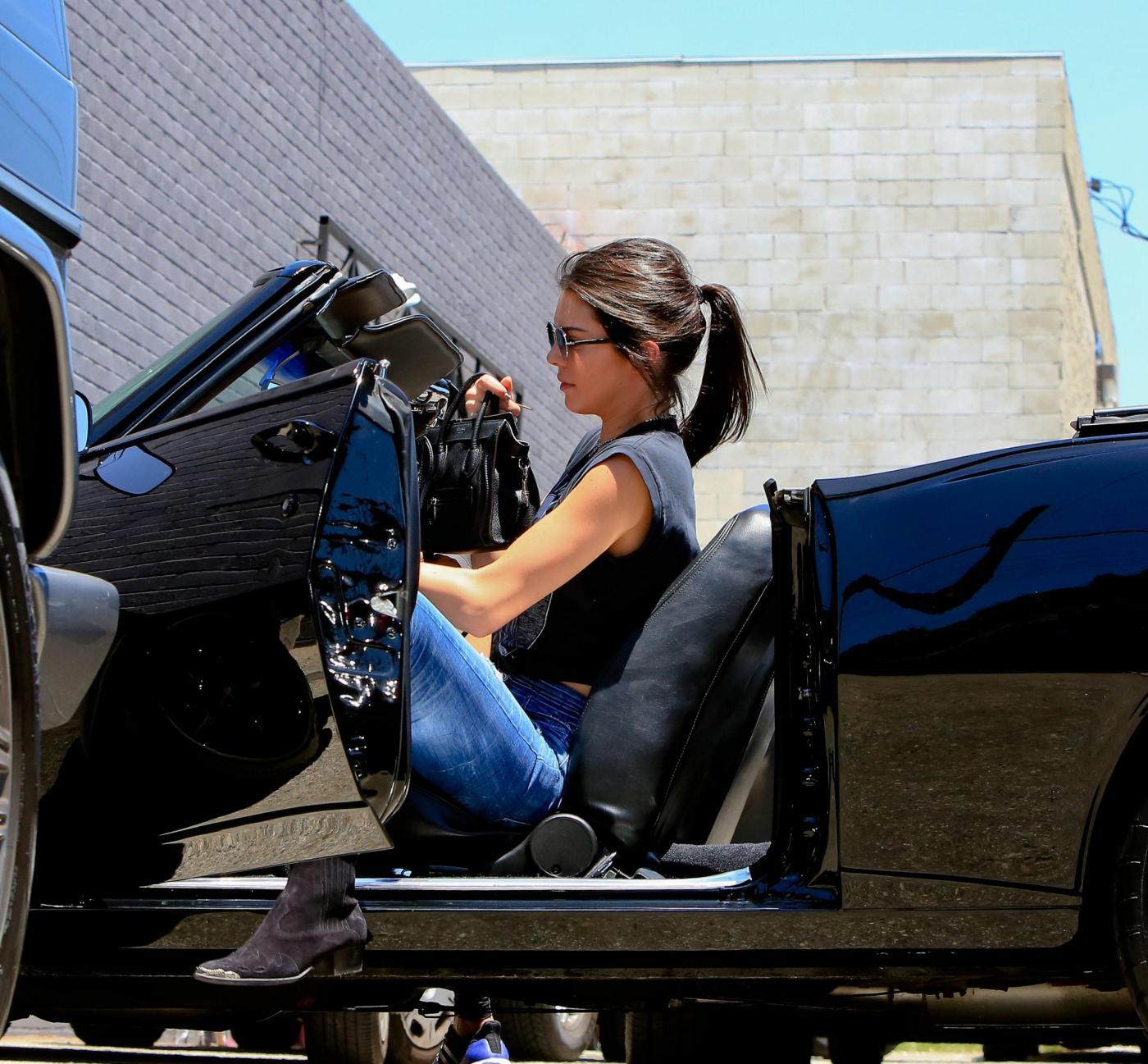 Kendall Jenner, addio finesse: alza dito medio ai paparazzi FOTO 15