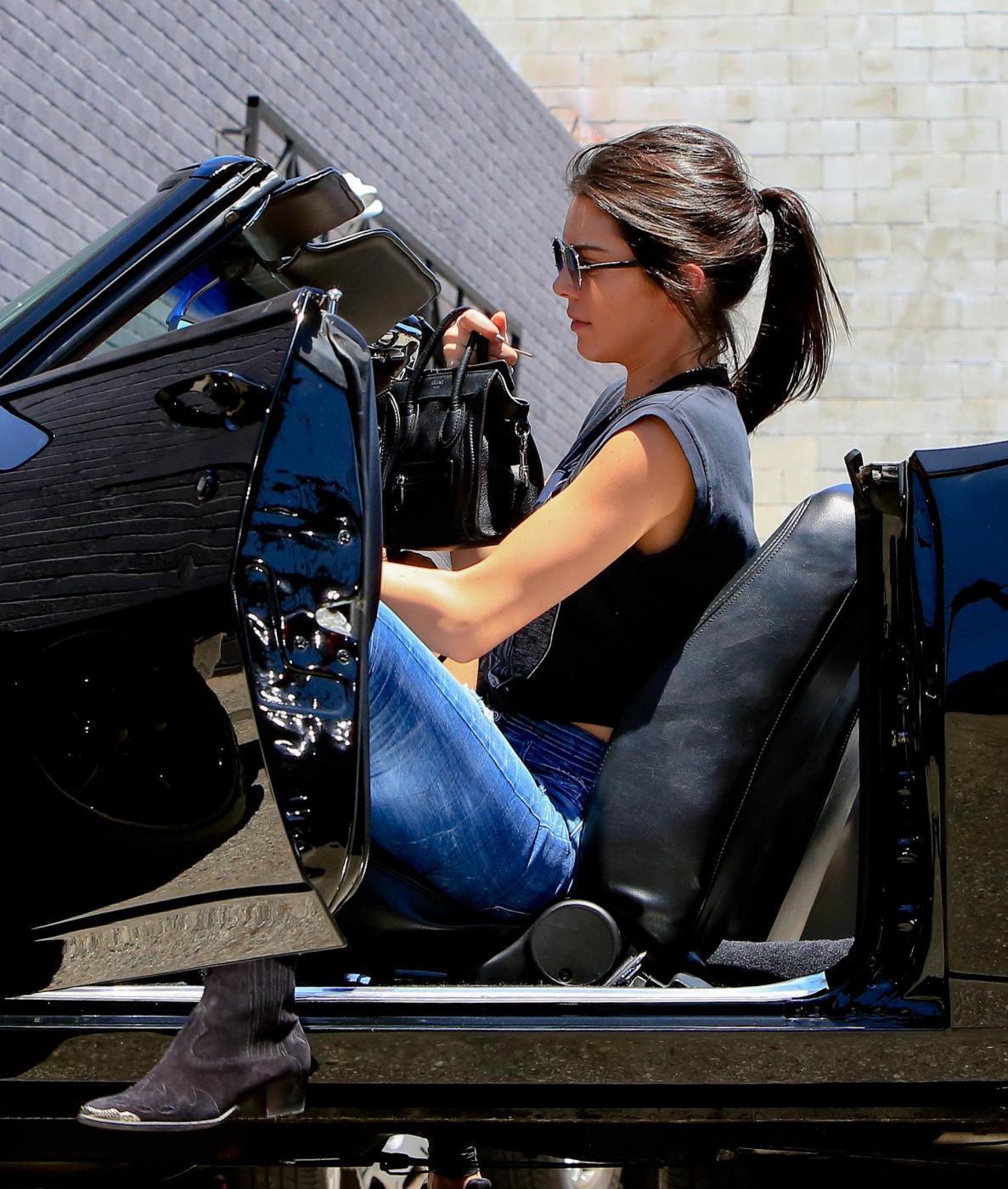 Kendall Jenner, addio finesse: alza dito medio ai paparazzi FOTO 16