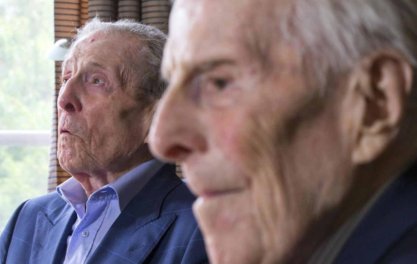 """Gemelli più vecchi del mondo a 102 anni. """"Segreto? Bere vino""""12"""