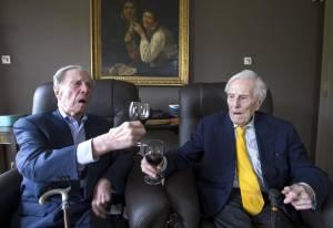 """Gemelli più vecchi del mondo a 102 anni. """"Segreto? Bere vino""""7"""