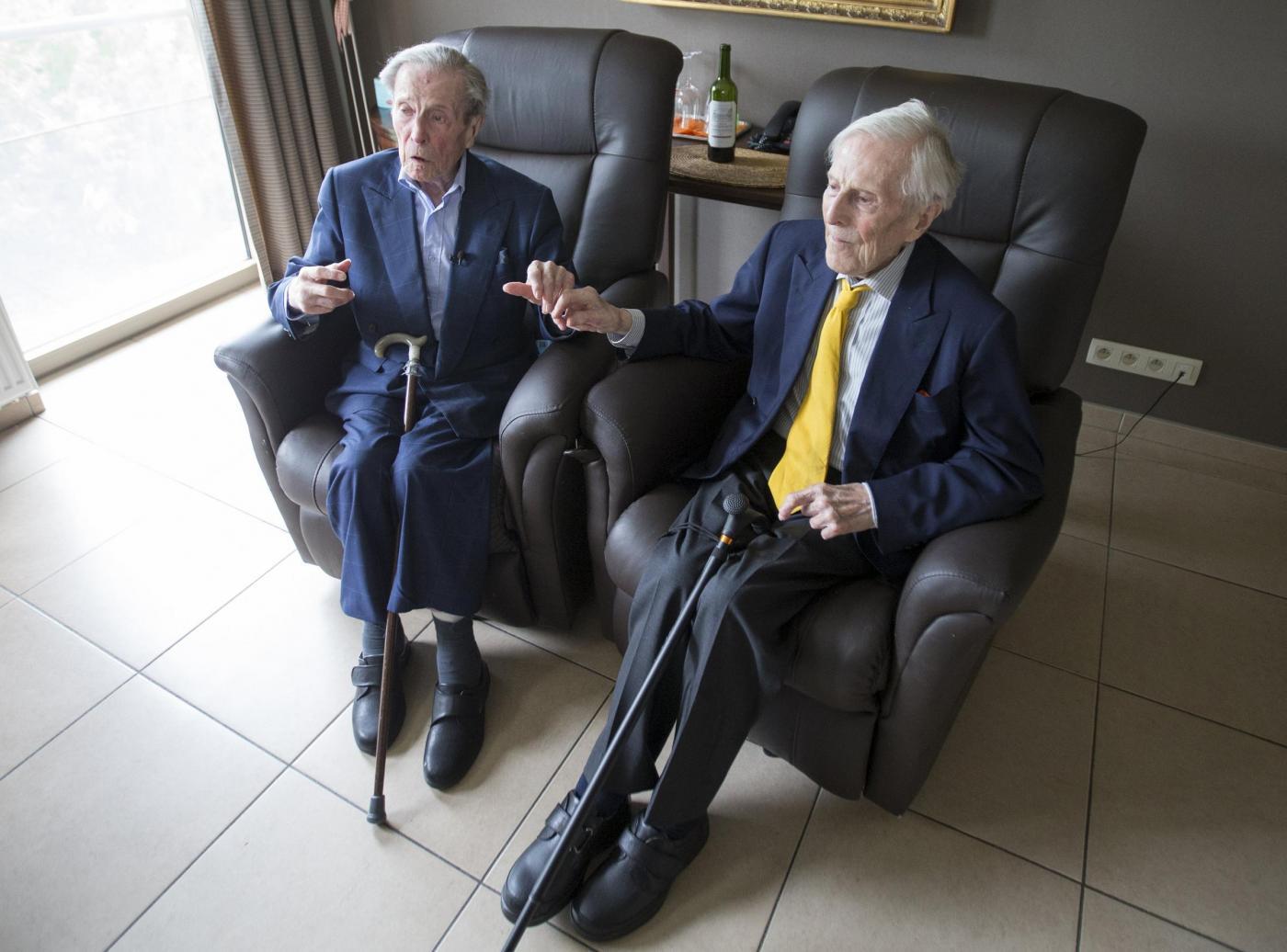 """Gemelli più vecchi del mondo a 102 anni. """"Segreto? Bere vino""""6"""