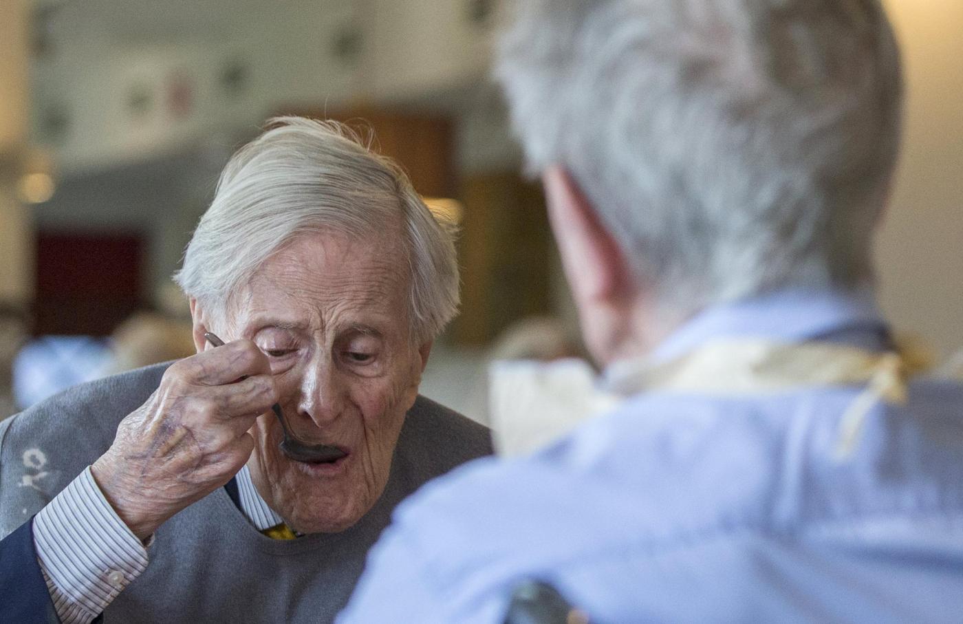 """Gemelli più vecchi del mondo a 102 anni. """"Segreto? Bere vino""""5"""