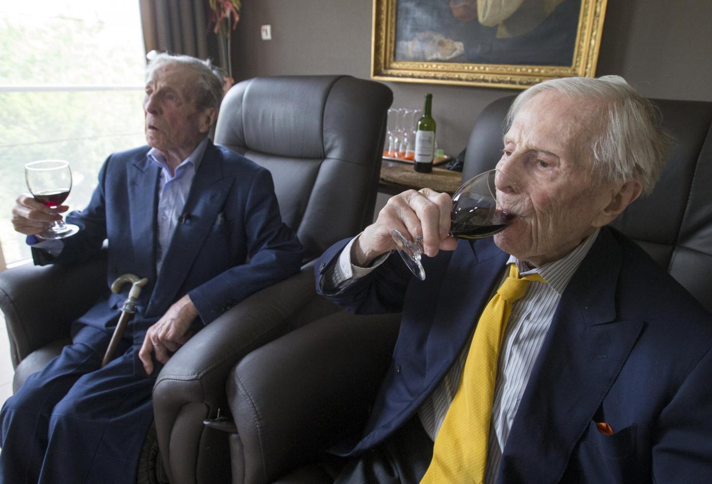 """Gemelli più vecchi del mondo a 102 anni. """"Segreto? Bere vino""""4"""