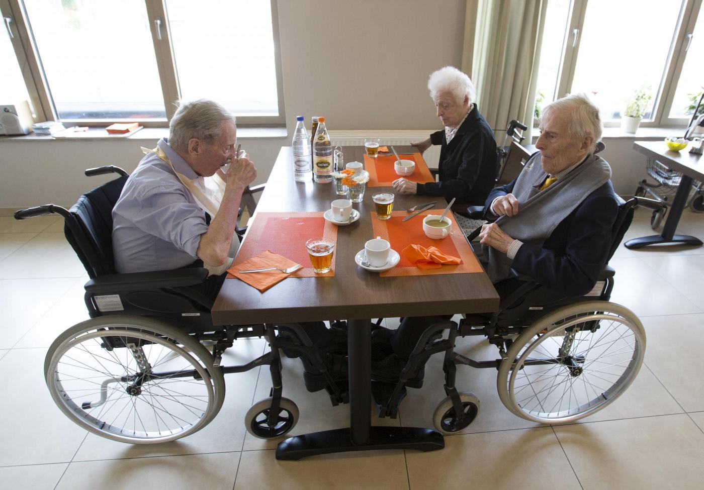 """Gemelli più vecchi del mondo a 102 anni. """"Segreto? Bere vino""""3"""