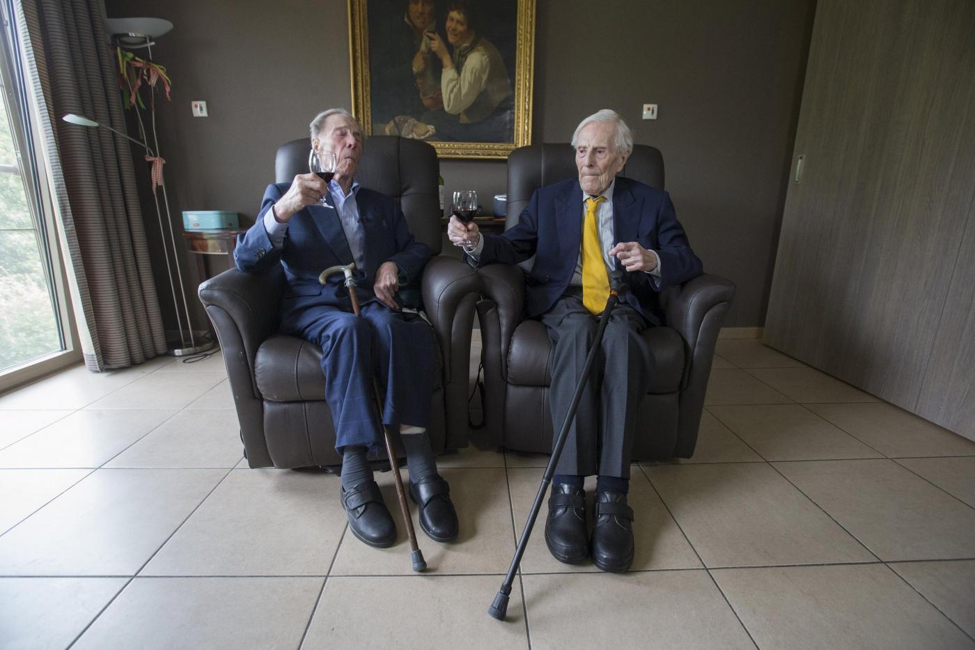 """Gemelli più vecchi del mondo a 102 anni. """"Segreto? Bere vino""""2"""