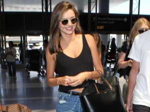 Viaggi: casual chic in aeroporto? Miranda Kerr, copia il look!