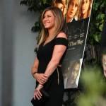 Jennifer Aniston sensuale: tubino nero e fede in bella vista 6