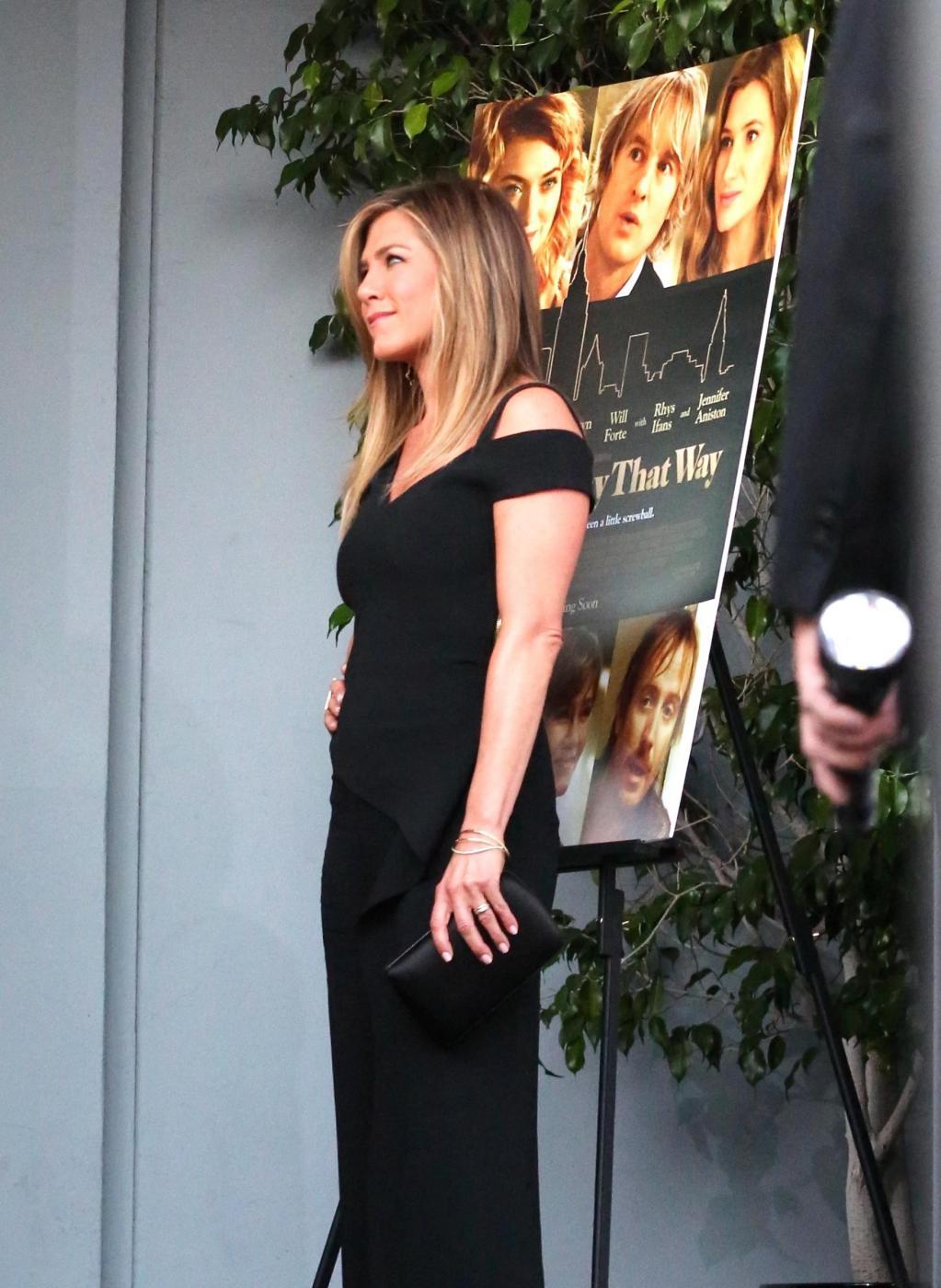 Jennifer Aniston sensuale: tubino nero e fede in bella vista 4