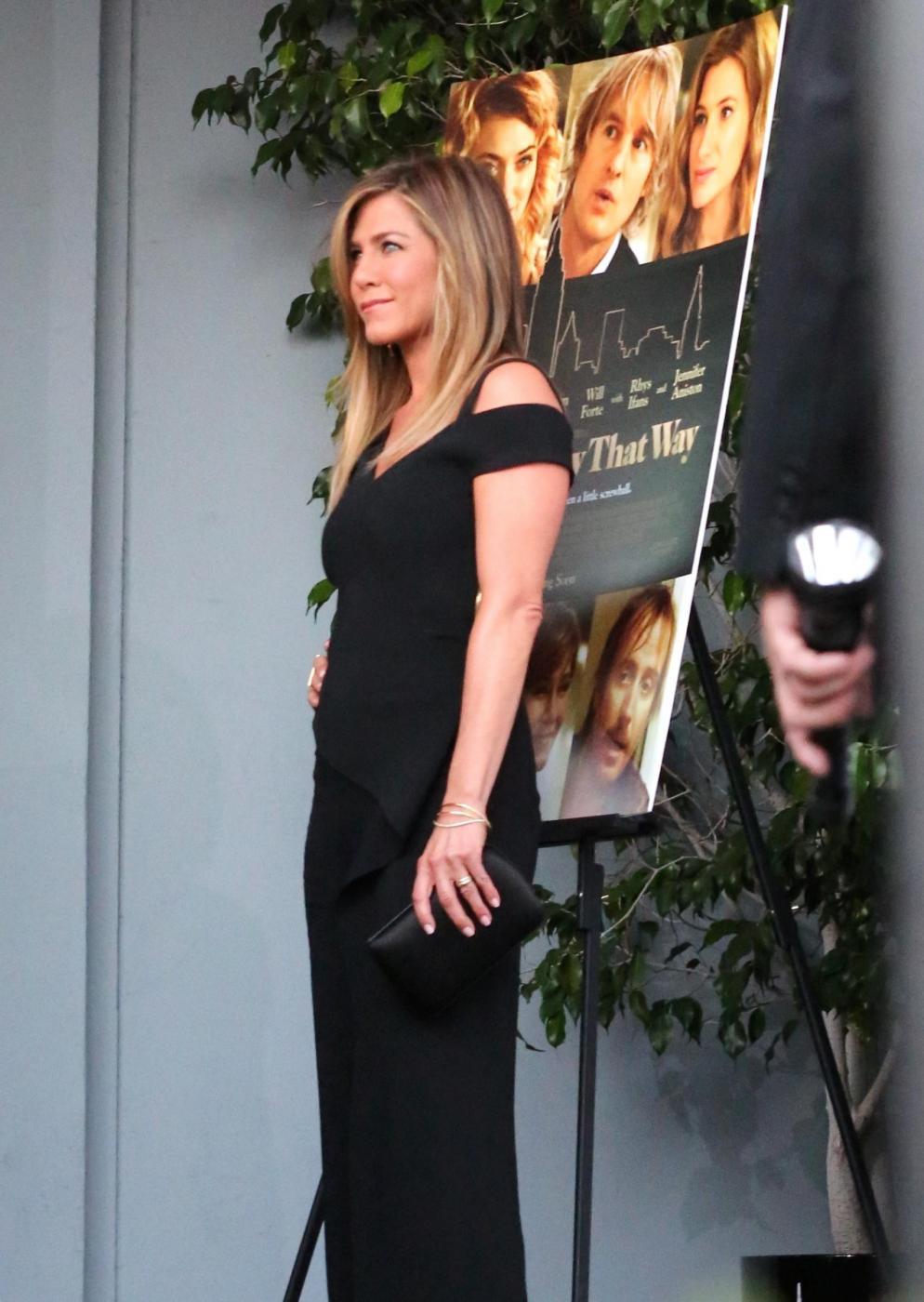 Jennifer Aniston sensuale: tubino nero e fede in bella vista 3