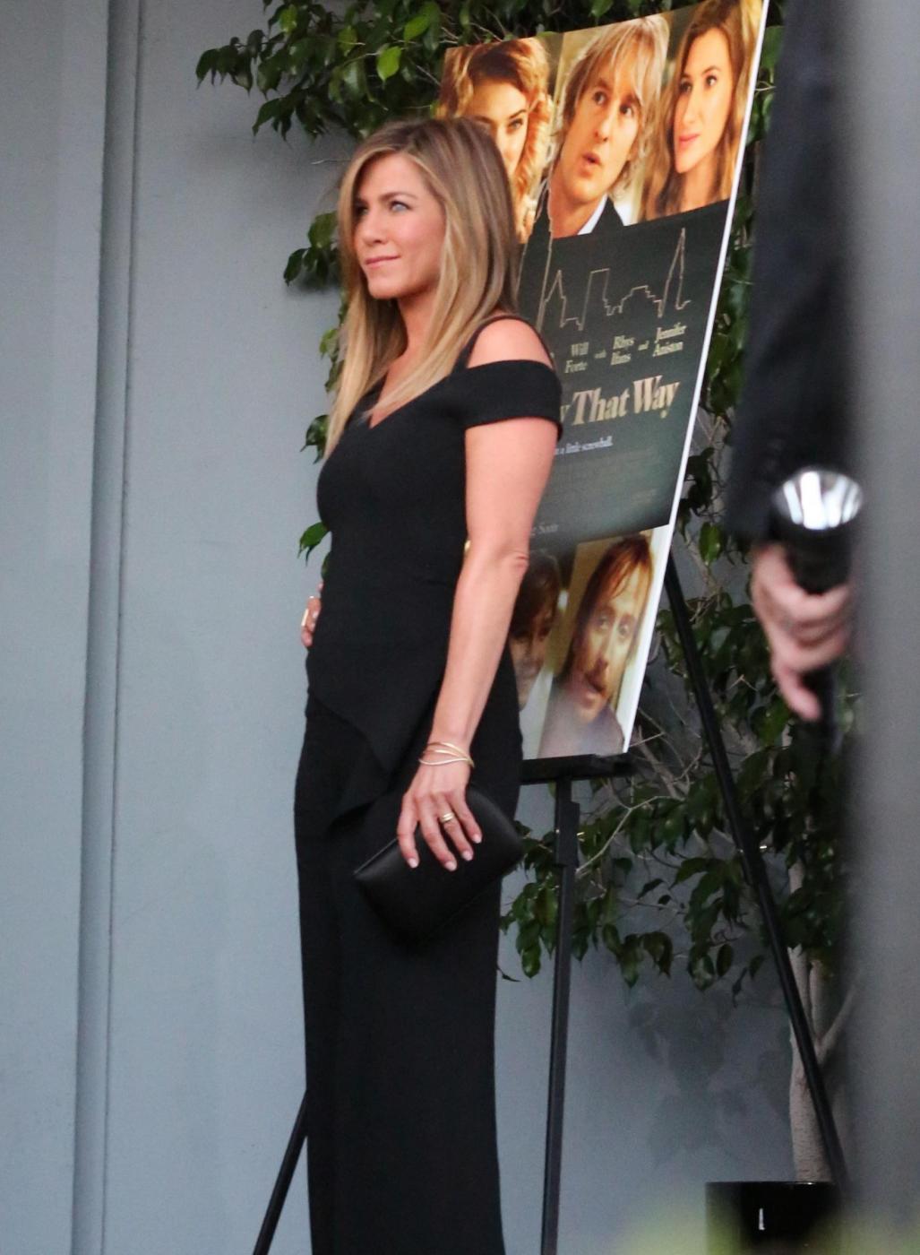 Jennifer Aniston sensuale: tubino nero e fede in bella vista 1