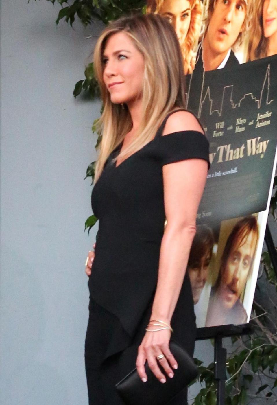 Jennifer Aniston sensuale: tubino nero e fede in bella vista