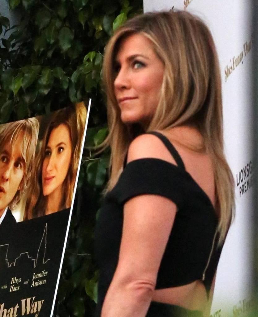 Jennifer Aniston sensuale: tubino nero e fede in bella vista 9