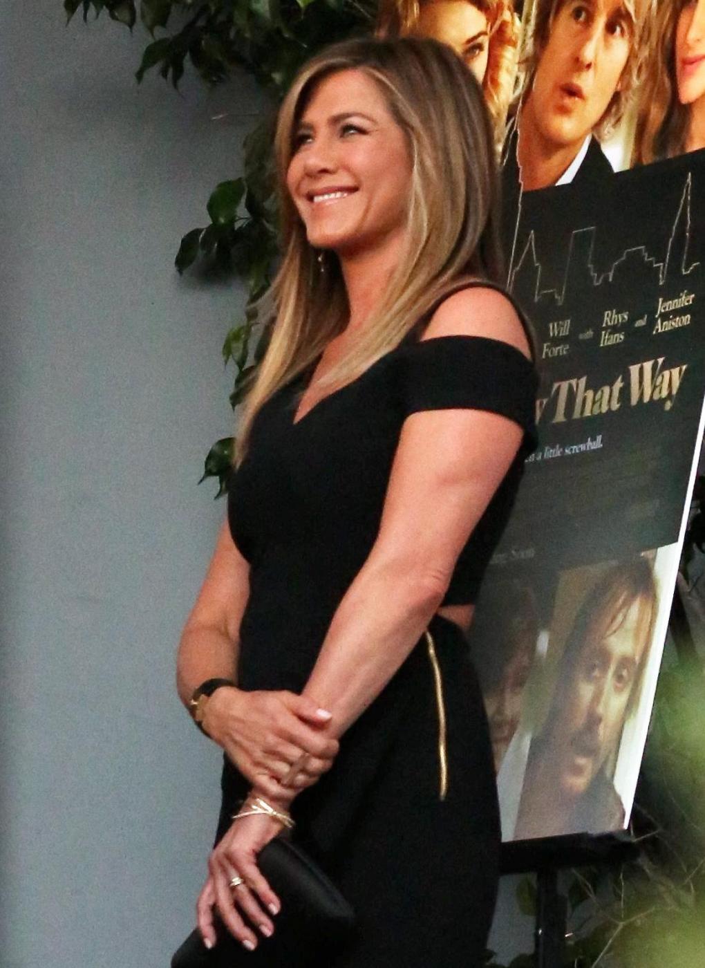 Jennifer Aniston sensuale: tubino nero e fede in bella vista 8