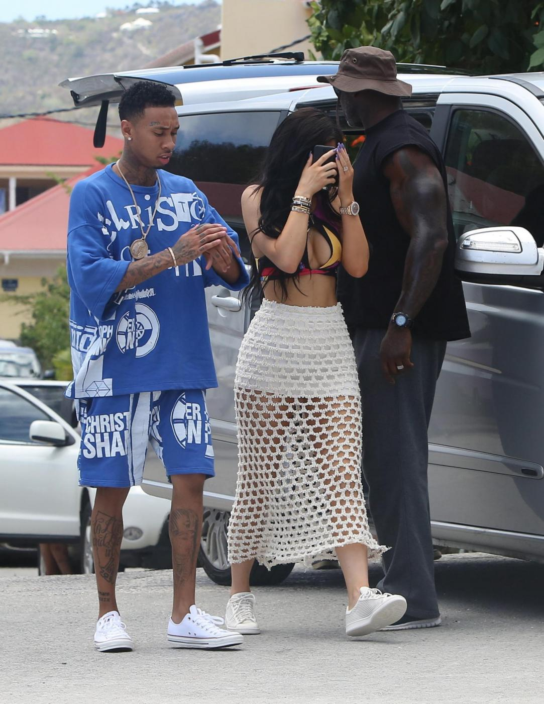 Kylie Jenner, pareo trasparente in vacanza a St. Barts FOTO 5