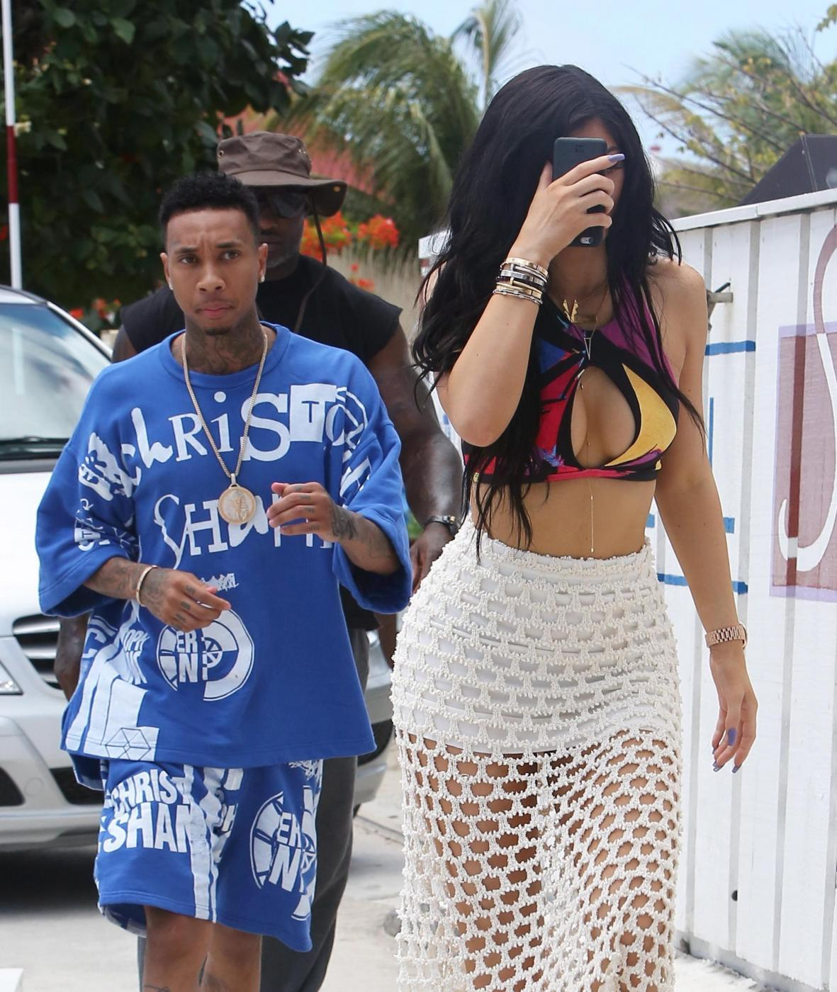 Kylie Jenner, pareo trasparente in vacanza a St. Barts FOTO 6