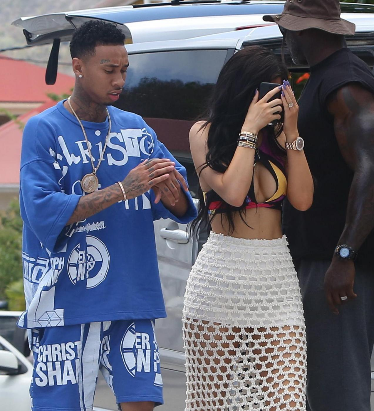 Kylie Jenner, pareo trasparente in vacanza a St. Barts FOTO 1