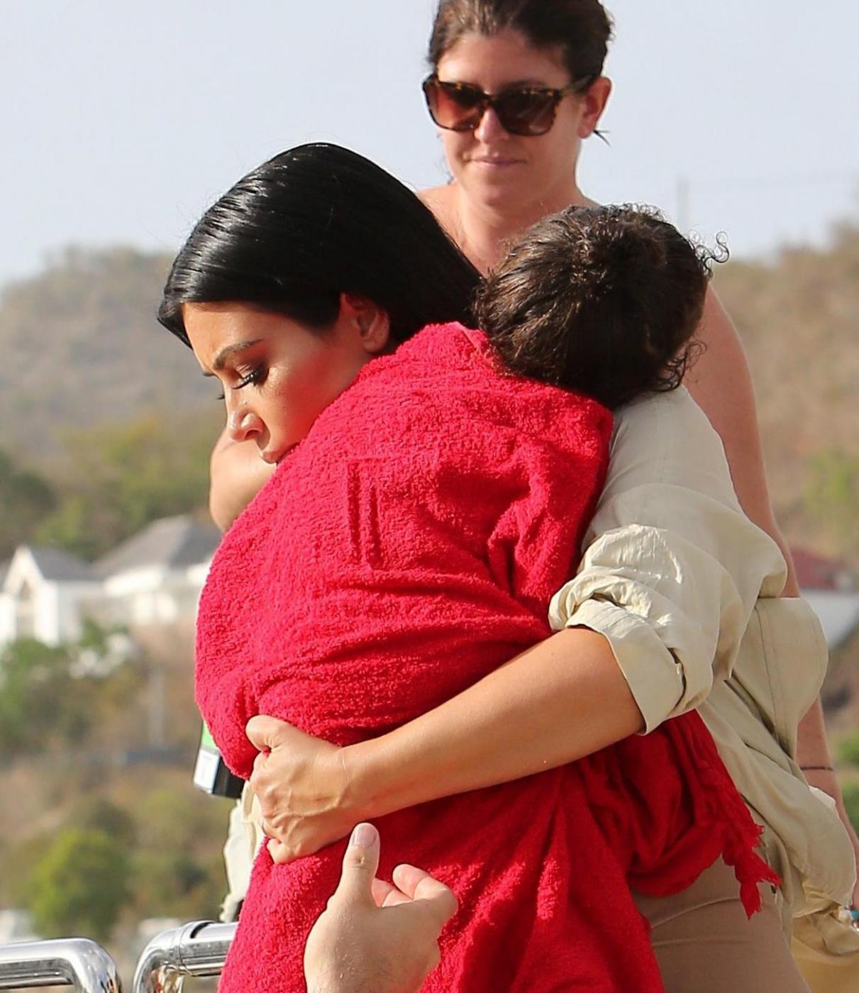 Kim Kardashian in dolce attesa, al mare sì ma...vestita FOTO 3