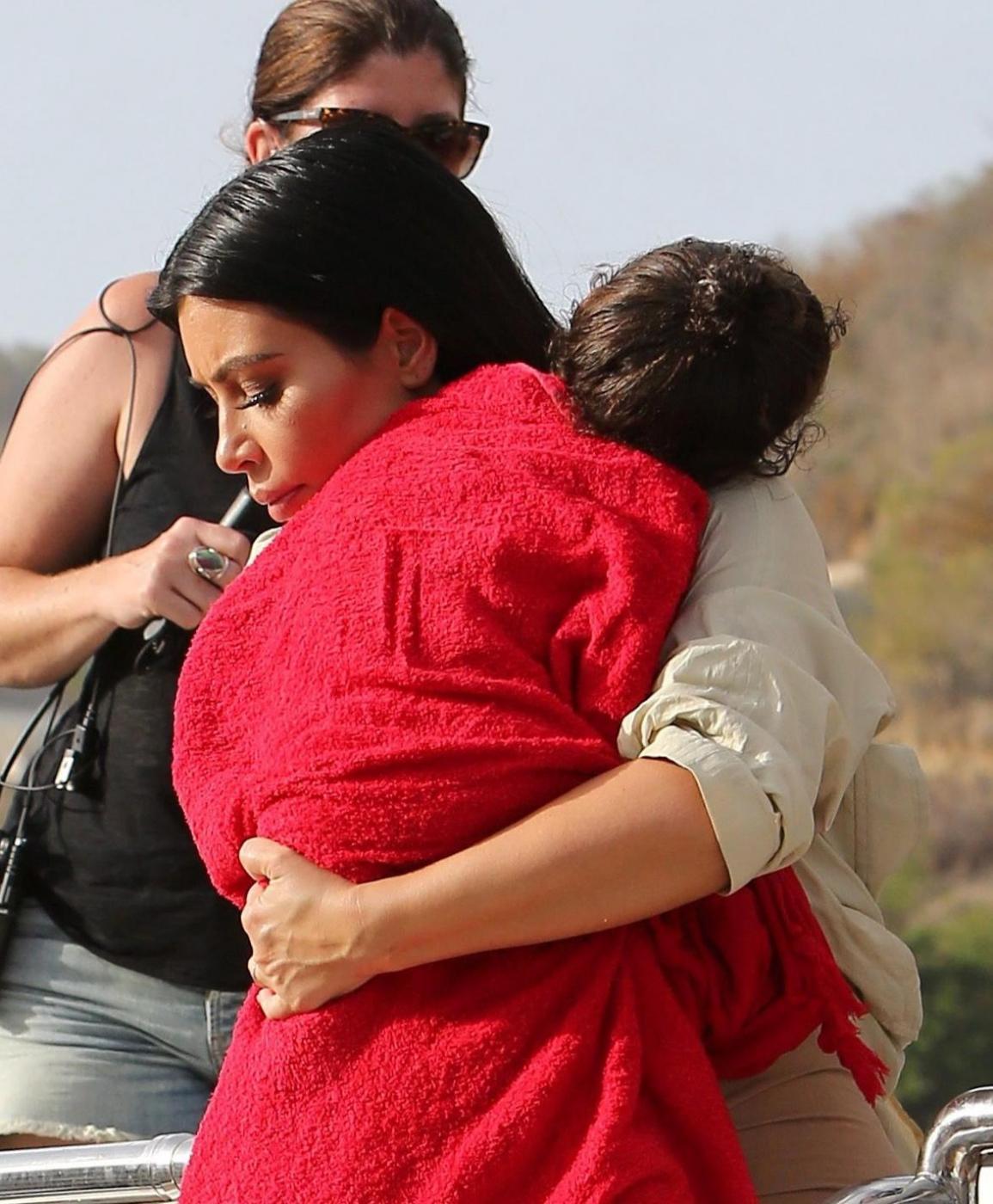 Kim Kardashian in dolce attesa, al mare sì ma...vestita FOTO 4