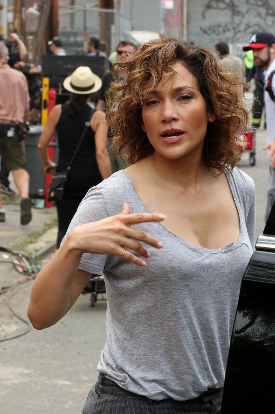 """Jennifer Lopez struccata con capelli corti per """"Shades of Blue"""" 5"""