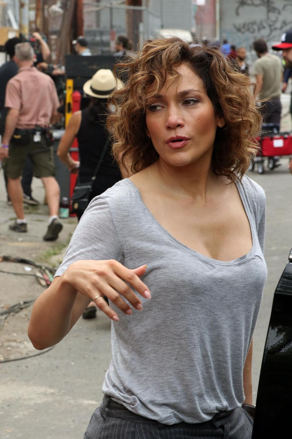 """Jennifer Lopez struccata con capelli corti per """"Shades of Blue"""" 8"""