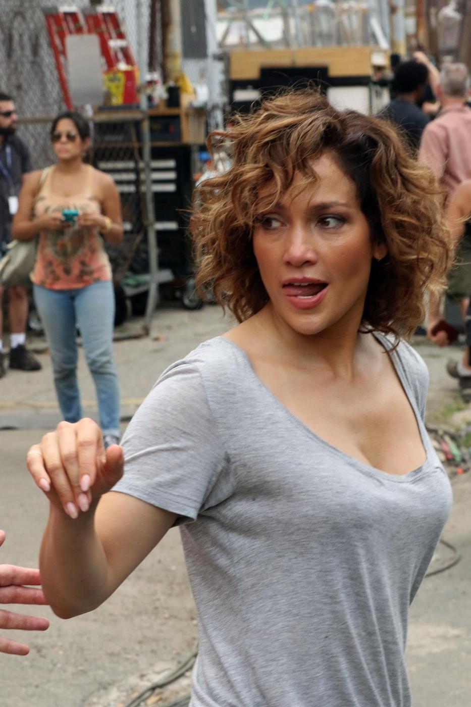 """Jennifer Lopez struccata con capelli corti per """"Shades of Blue"""" 9"""