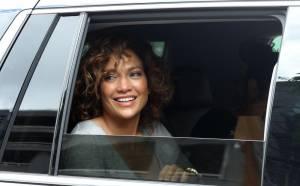 """Jennifer Lopez struccata con capelli corti per """"Shades of Blue"""" 11"""