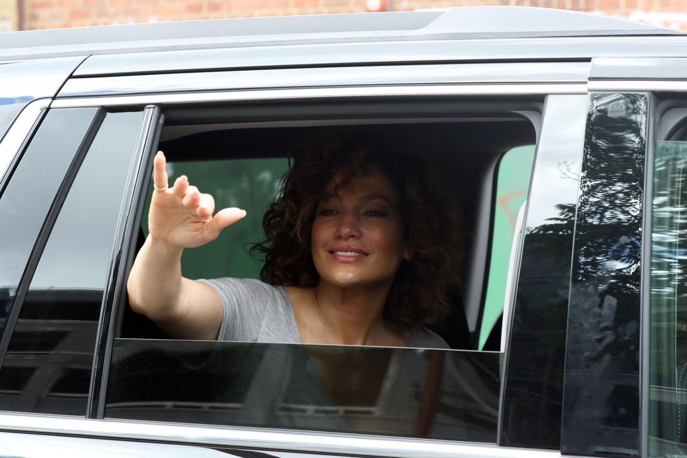"""Jennifer Lopez struccata con capelli corti per """"Shades of Blue"""""""
