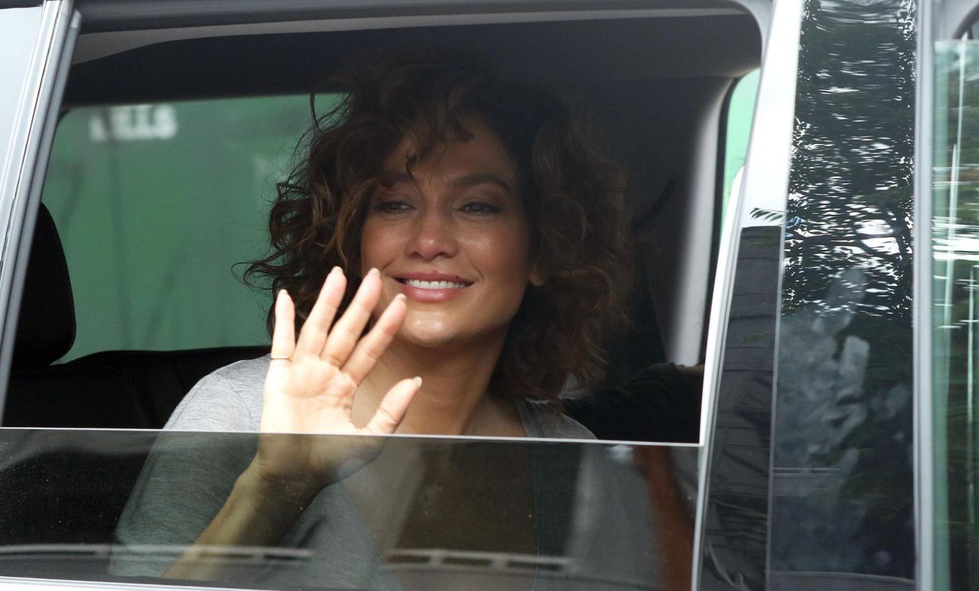 """Jennifer Lopez struccata con capelli corti per """"Shades of Blue"""" 1"""