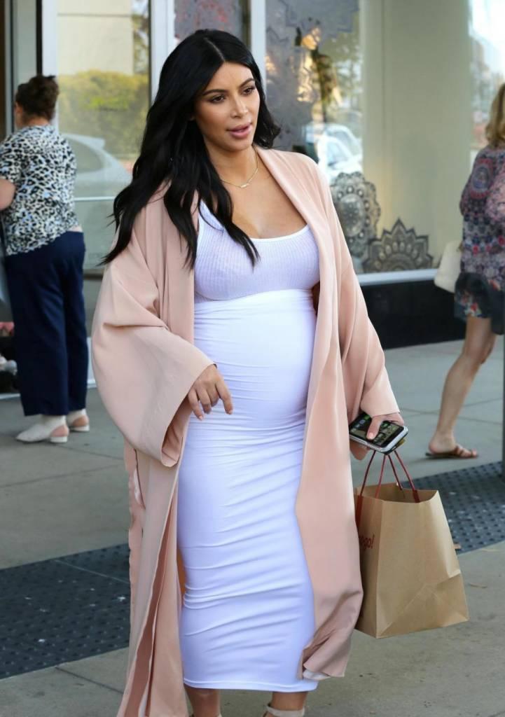 Kim Kardashian, abito super aderente in gravidanza FOTO