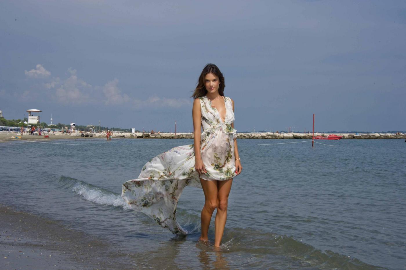 Alessandra Ambrosio a Venezia con abito bianco floreale2