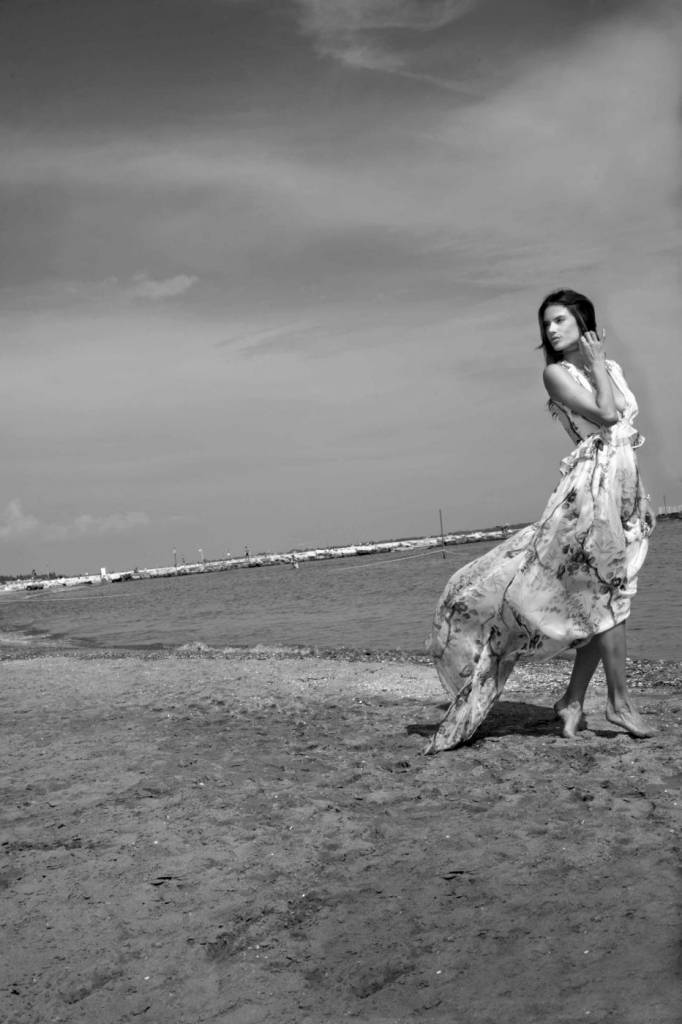 Alessandra Ambrosio a Venezia con abito bianco floreale8