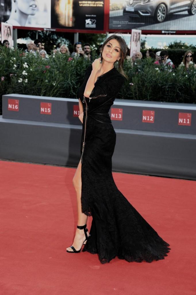Cristina Buccino, sexy abito con doppio spacco a Venezia3