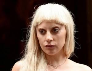 Lady Gaga, parrucca e calze bucate a New York FOTO